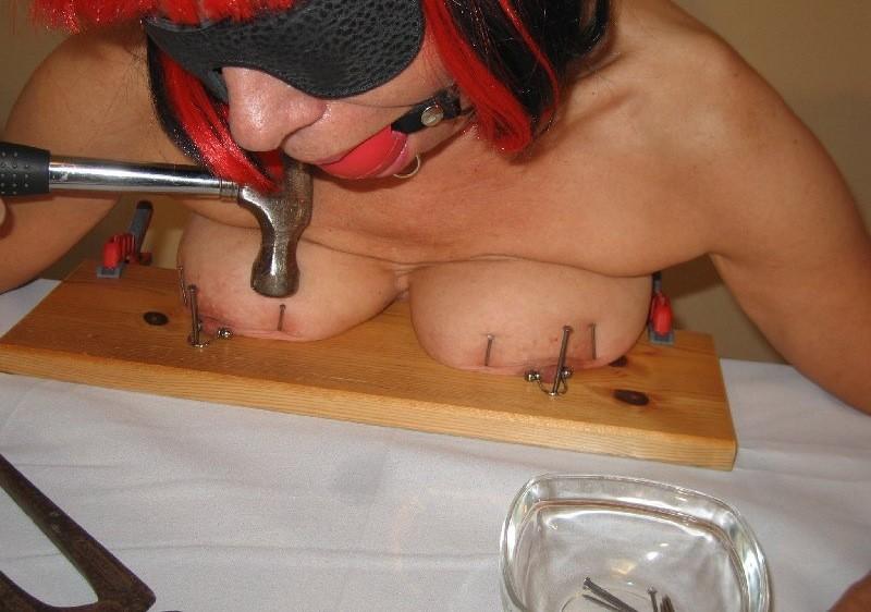 Фото женскую грудь прибили гвоздями, видео соседка раком